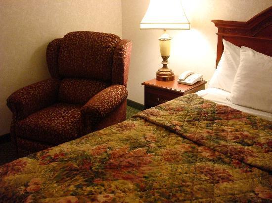Drury Inn & Suites St. Louis Creve Coeur: Nice bedspread