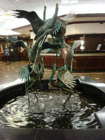 Drury Inn & Suites St. Louis Creve Coeur: The fountain in the lobby