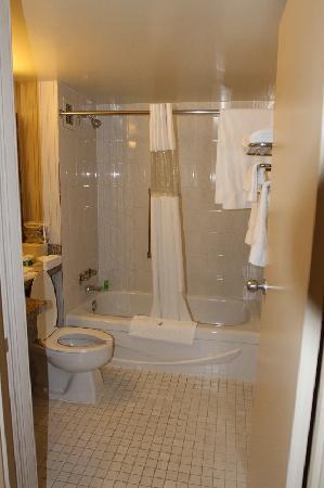 Northern Grand Hotel: The bathroom