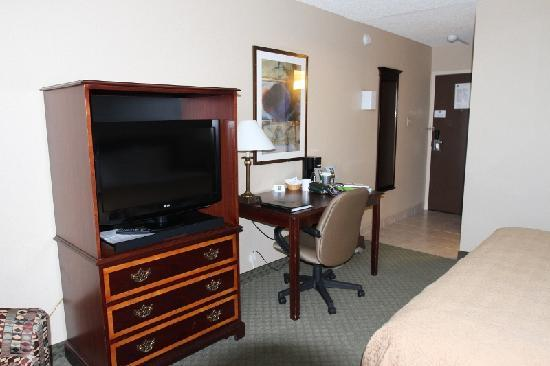 Northern Grand Hotel : TV, desk, and entryway
