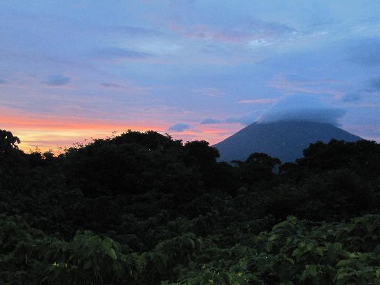 La Via Verde - Organic Farm and B&B: volcano in the evening
