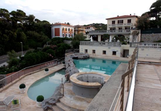 Quercianella, Ιταλία: Blick auf den Pool