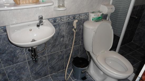 Saigon Mini Hotel 5: clean bathroom