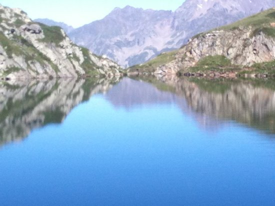 L'Alpe d'Huez, France : lake approx 10 mins in a car or hours walk but worth it, there is a restaurant there too!
