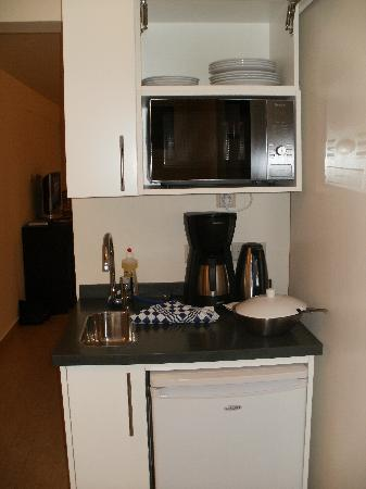 Dolphin Suites: Kitchenette room 001