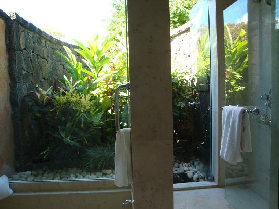 The Oberoi, Mauritius: bathroom with private garden