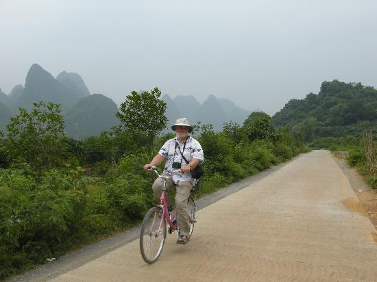 Yangshuo County, Çin: Larry Biking in Yangshuo June 2011