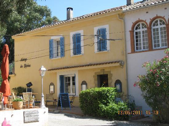 Porquerolles Island, Prancis: Hotel seen from the main square