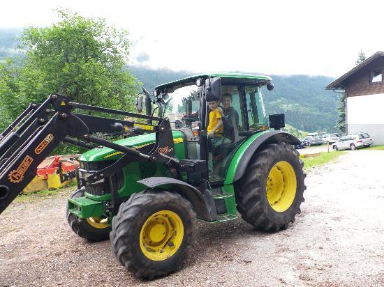 Bauernhof Berger: Mit dem Traktor unterwegs