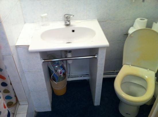 Hotel des Arts : wash basin and toilet