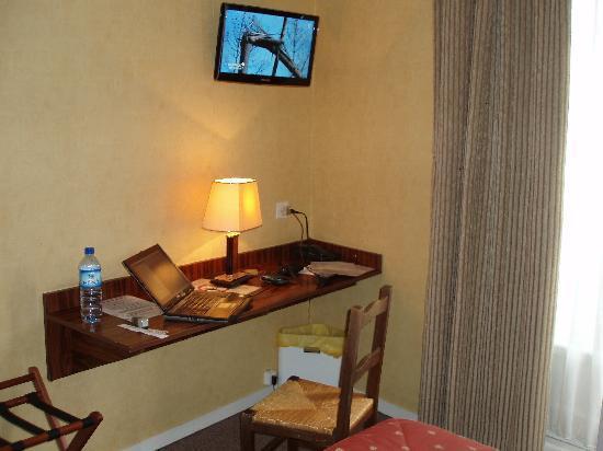 Hotel Le Cygne : desk and flat screen