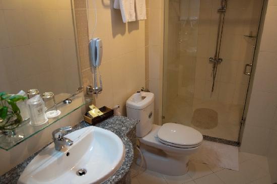 Hoang Phu Gia Hotel: Bathroom