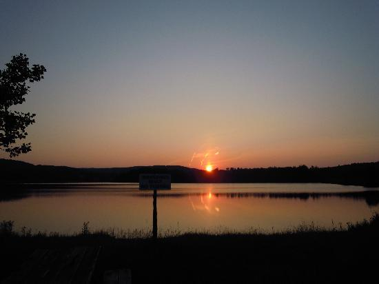 Red Deer Log Cabins and Campground: Stunning sunset