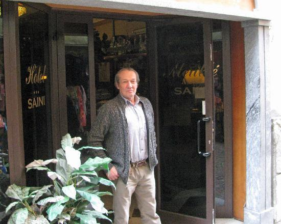 Hotel Saini Meuble: Senor Saini at the front door of his hotel