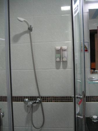Xinhaorun Holiday Hotel Zhuhai Haotong Building: shower cubicle