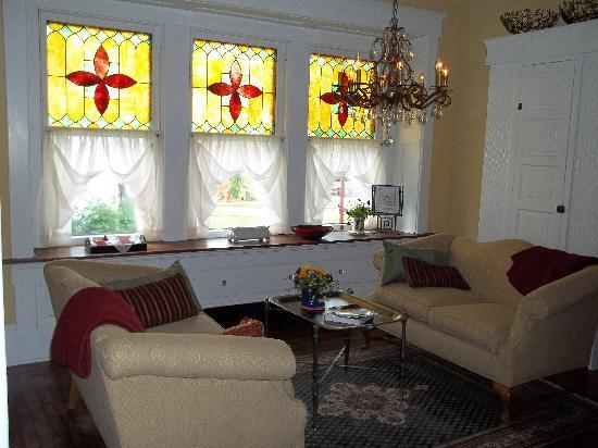 Columbiana Inn Bed and Breakfast: This sitting area next to the kitchen is a great place for conversation while breakfast is cooki