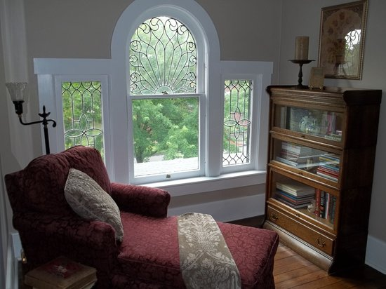 Columbiana Inn Bed and Breakfast: The perfect spot for a good book and a cup of tea.