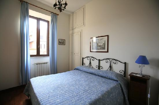 C&C historical centre Apartments: Bedroom in via monte brianzo 8 apartment