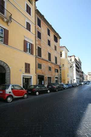 C&C historical centre Apartments: view of via monte brianzo Building