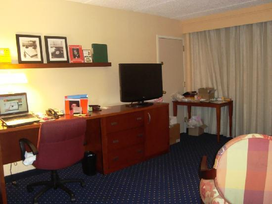 Courtyard Atlanta Airport South/Sullivan Road: King Suite Living Room