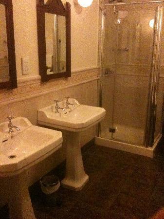 Abbeyglen Castle Hotel : sinks and showers