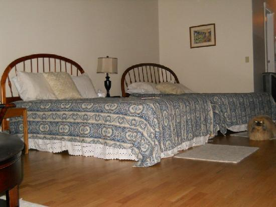 Shaker Mill Inn: The bedroom