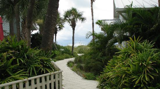 Gulfside Resorts: Pathway out to beach