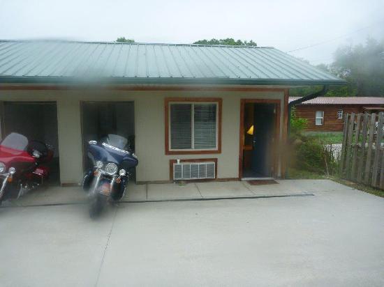 Two Wheel Inn: Exterior of room