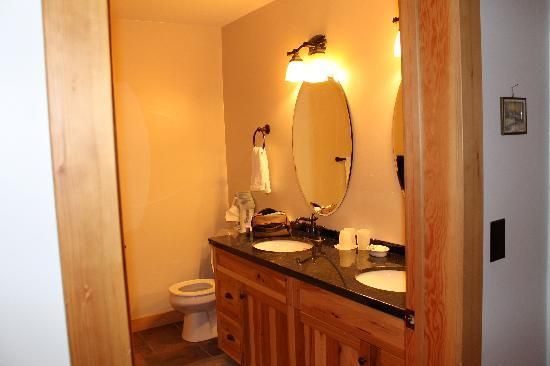 Chalet in the Rockies B&B: Private Bathroom