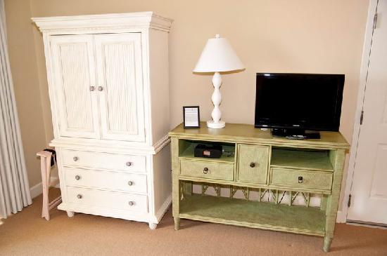 Harbour House at the Inn: Small TV and Dresser in Studio