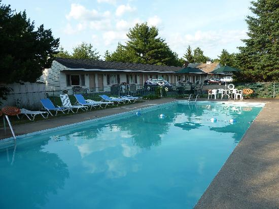 Grand View Motel: Pool & motel in background