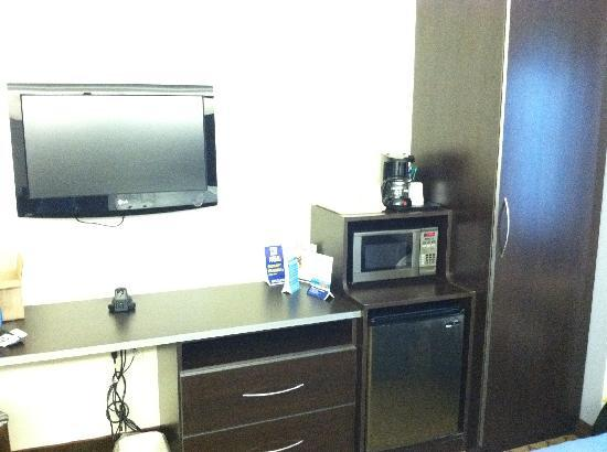 Microtel Inn & Suites by Wyndham Elkhart: Counter with microwave, refrigerator, closet with iron and ironing board