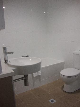 Meriton Serviced Apartments Aqua Street, Southport: Ensuite with bath