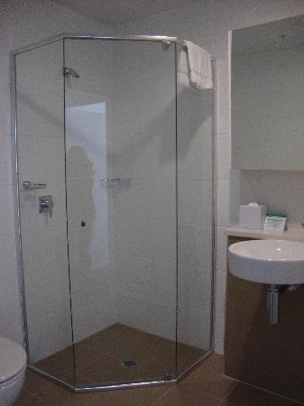 Meriton Serviced Apartments Aqua Street, Southport: Ensuite with shower