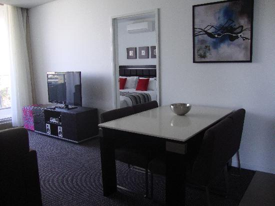 Meriton Serviced Apartments Aqua Street, Southport: The lounge and dining area