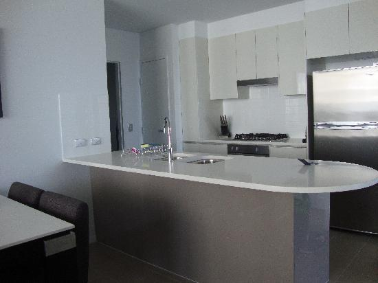Meriton Serviced Apartments Aqua Street, Southport: The kitchen