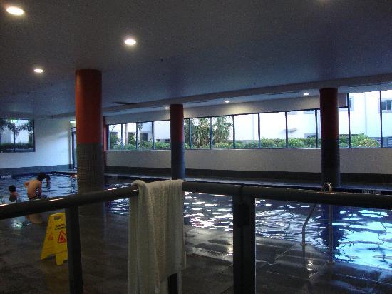 Meriton Serviced Apartments Aqua Street, Southport: The indoor pool