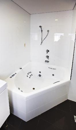 Jesmond Executive Villas: spa bath