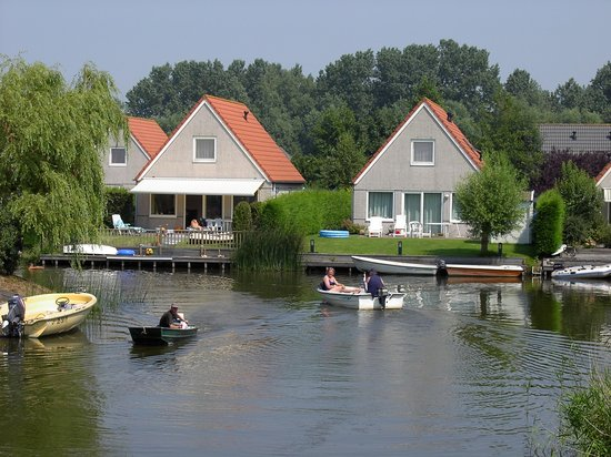 Medemblik, Нидерланды: All the houses near the waterside