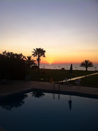 Natura Beach Hotel: sun at dinnertime