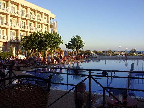 Hotel Club Sur Menorca: pool at night