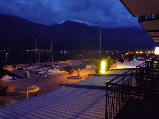 Hotel Garni Sole: View from bedroom at night
