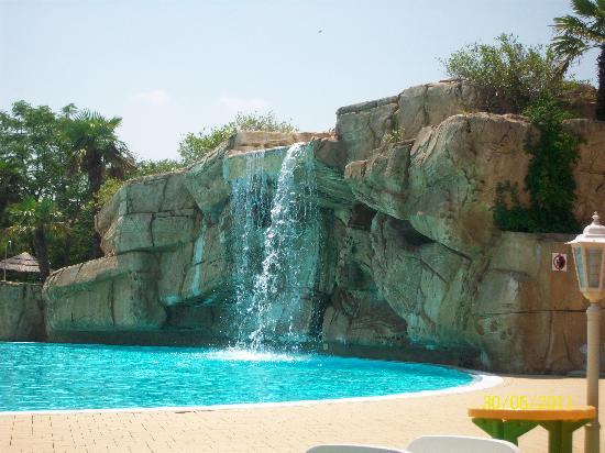 Le cascate della piscina picture of gardaland hotel for Piani del padiglione della piscina
