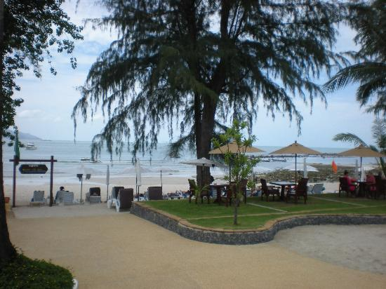 Imperial Boat House Beach Resort, Koh Samui: view of the beach from by the main pool
