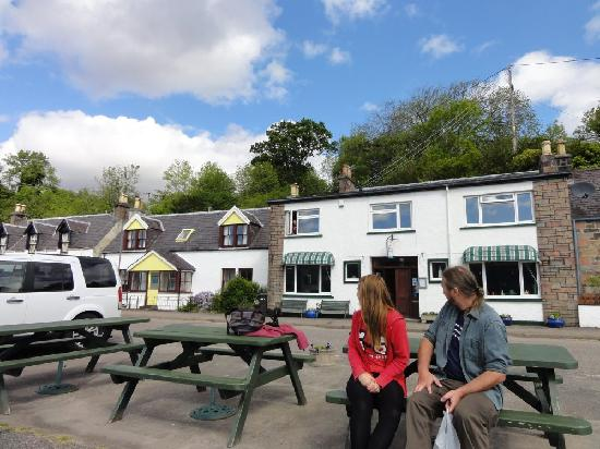 Rockvilla Guest House : Enjoying the sun  & loch opposite the Rock Villa