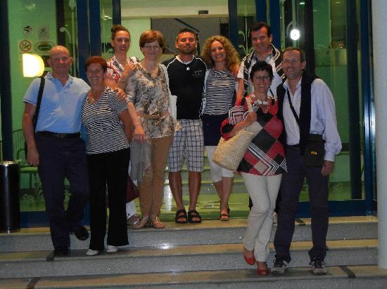 Hotel Hamilton: Io e il mio gruppo di amici all'ingresso dell'hotel! :)