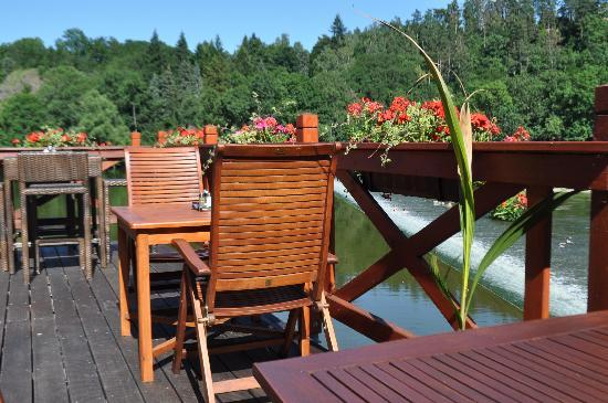 Romantic Hotel Mlyn Karlstejn: The nice terrace, on the edge of the river.