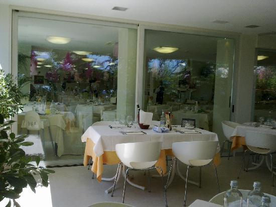 Hotel Derby Exclusive : Sala da pranzo estarna ed interna