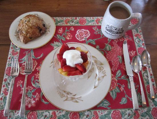 Applebutter Inn Bed and Breakfast: Barbara begins your breakfast in tasty and eye-pleasing ways.