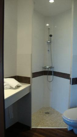 Brit Hotel Azur : Bathroom